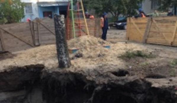 Огромную яму оградили.