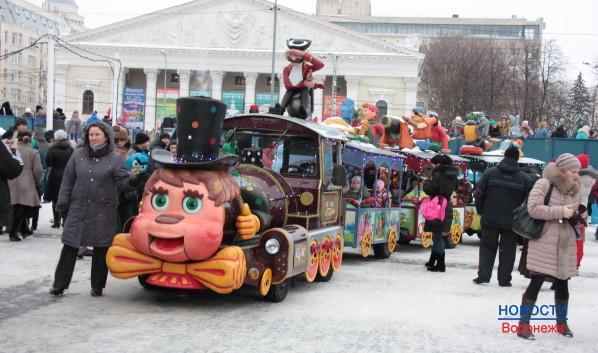 По площади курсирует детский паровоз.