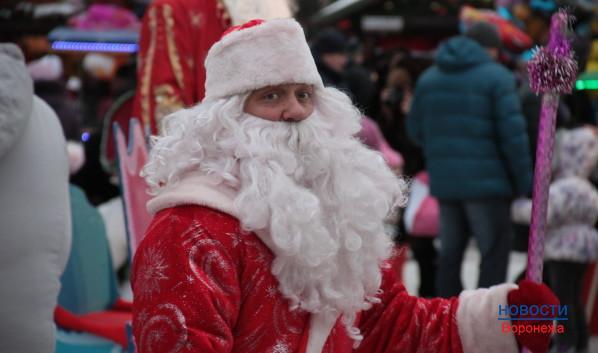 На площади много Дедов Морозов.