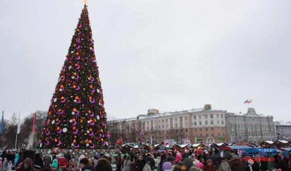 На площадь Ленина собираются воронежцы со всего города.