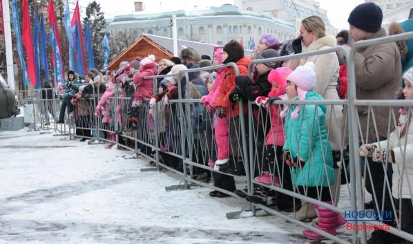 Посмотреть на представление собираются дети со всей площади.