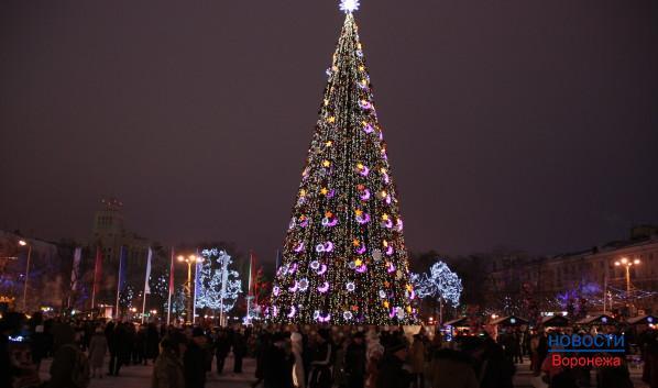 С наступлением вечера на площади загораются огни.