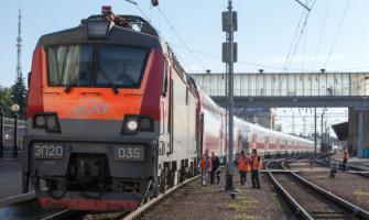 Прибытие двухэтажного сидячего поезда из Москвы в Воронеж.