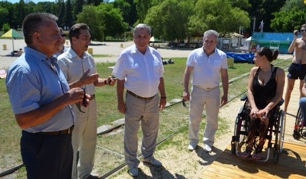 В Воронеже открыли пляж для людей с ограниченными возможностями.