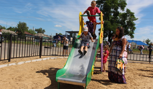 Фонд «Дети России» установил уличную игровую площадку в Елань-Колено.