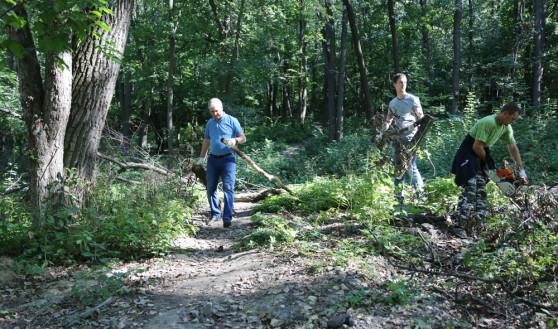 Мэр и его зам приняли участие в уборке парка.