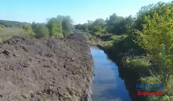 Озеро утекало по этому каналу.