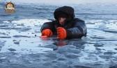 Воронежец под присмотром спасателей пытается выбраться из полыньи.