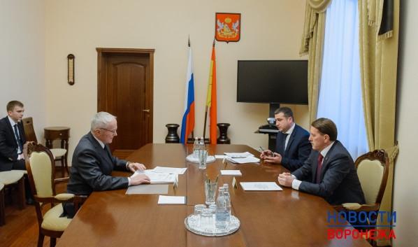 Станислав Ходаковский (слева) на встрече с губернатором Алексеем Гордеевым.
