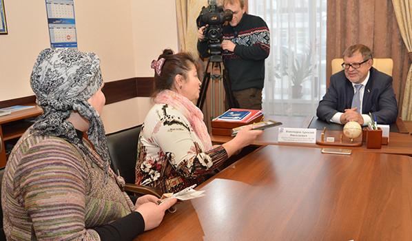 Любовь Павлова и Янула Бобкова общаются с депутатом.