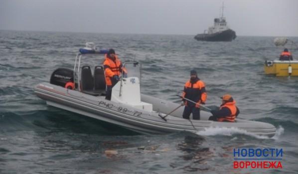 Обломки затонувшего самолета и тела погибших продолжают искать.