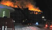 Огонь охватил верхний этаж здания.