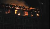 Огонь охватил верхние этажи корпуса.