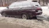 Машины вмерзли в лед.