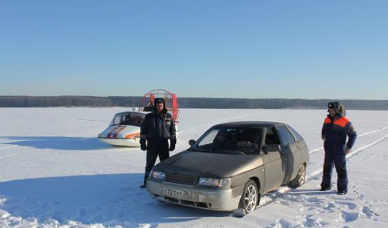 Выезжать на лед на машинах опасно.