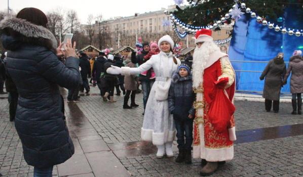 Воронежцы фотографируются со сказочными персонажами.