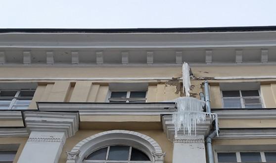 Вот такая наледь свисала с крыш и стен домов.