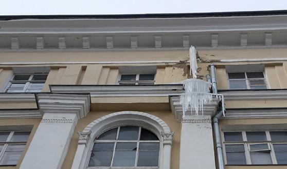 Вот такие сосульки на домах на улице Кольцовской.