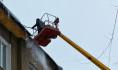 В Воронеже сбивают наледь и сосульки с крыш домов.