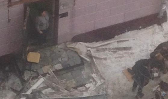 Женщину достали из-под завалов очевидцы.