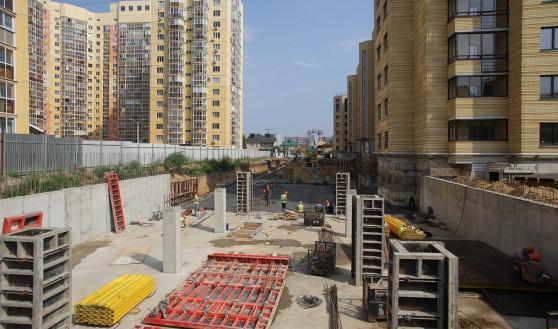 Строящаяся подземная парковка СК «Квартал» на границе двух участков.