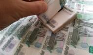 Мужчина спрятал деньги в карман.