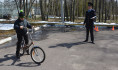 Школьники показали уровень вождения велосипеда.