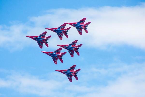 Показательный полет пилотажной группы «Стрижи» во время Всеармейского этапа конкурса «Авиадартс» АРМИ-2017.