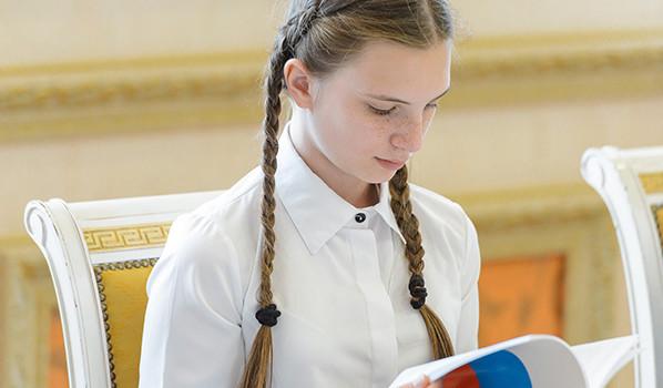 Алексей Гордеев вручил школьникам паспорта.