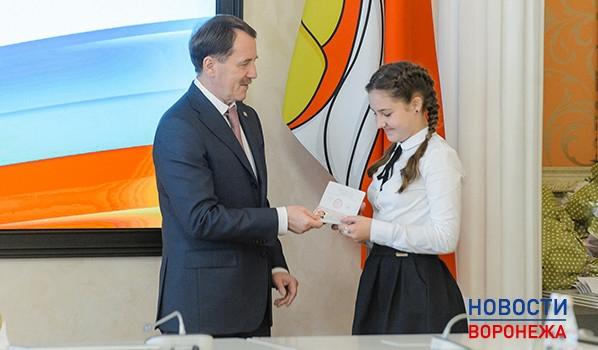 ВКремле семиклассница изЧувашии получила паспорт изрук В. Путина