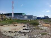 Загрязненную воду продолжают сливать на территорию очистных сооружений.