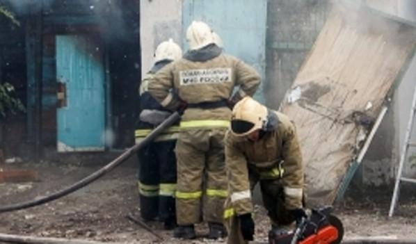 Спасатели тушили горевшие гаражи.