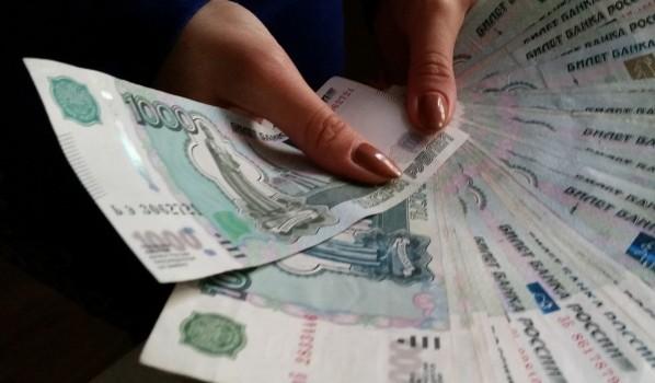 Женщина похитила деньги под видом зарплаты.