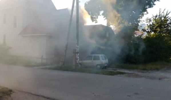 Машина общественника в дыму.