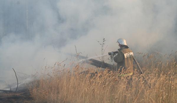 Пожарные ликвидируют возгорание.