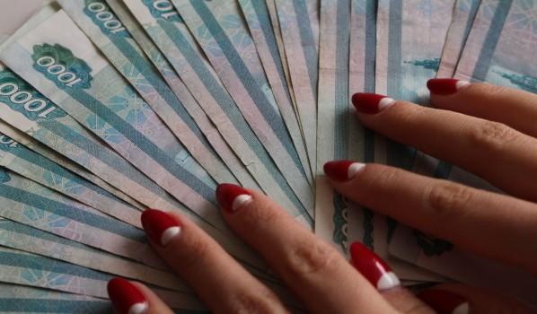Женщина украла деньги компании.