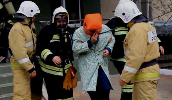 Спасатели эвакуировали жильцов.