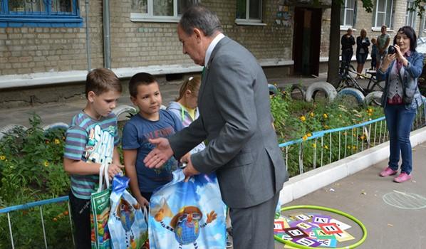 Депутат Николай Образцов на празднике двора.