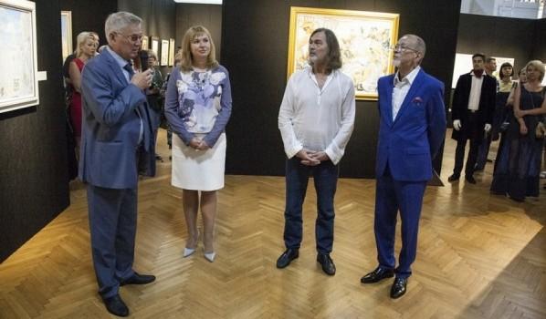 Никас Сафронов представил свою выставку.