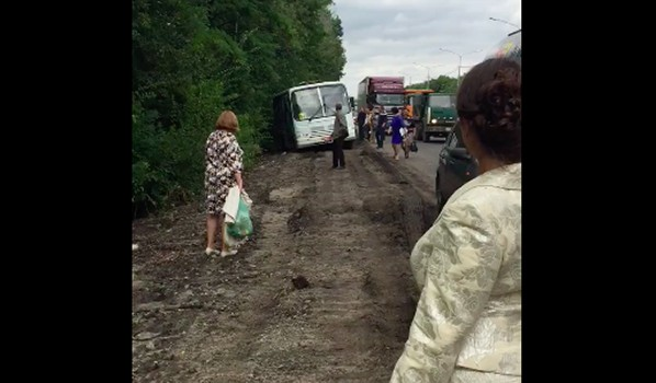 Автобус застрял на обочине.
