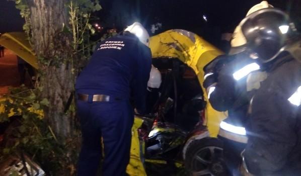 Пострадавшего доставали спасатели.