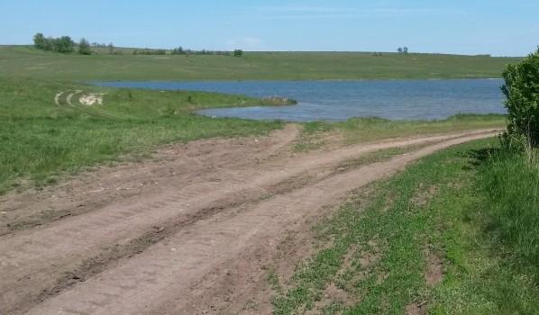 Москвичи оформили себе в собственность землю с прудом.