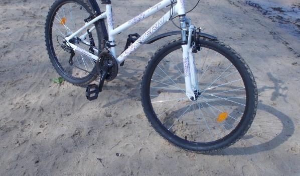 Парень знал, где женщина хранит велосипед.