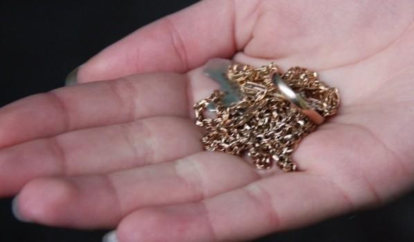 Украденную золотую цепочку мужчина потерял.