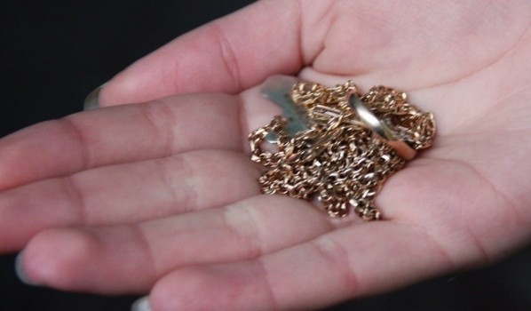 С женщины сорвали золотую цепочку.