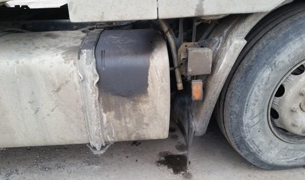 Легковушка на скорости врезалась в грузовик.