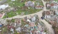 Ураган разрушает дома.