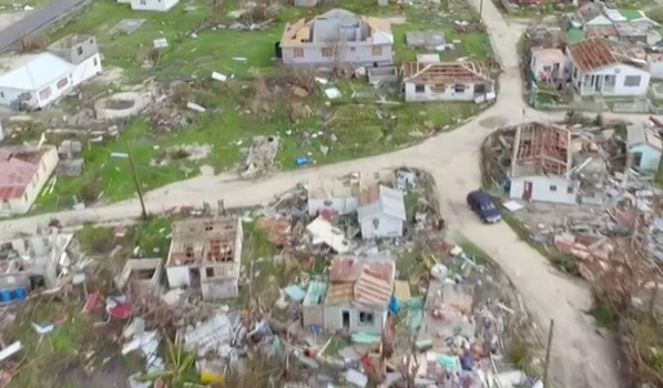 Ураган разрушает дома