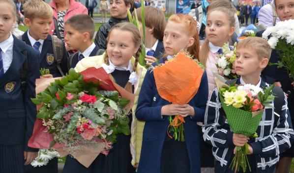 Депутаты поздравили школьников.