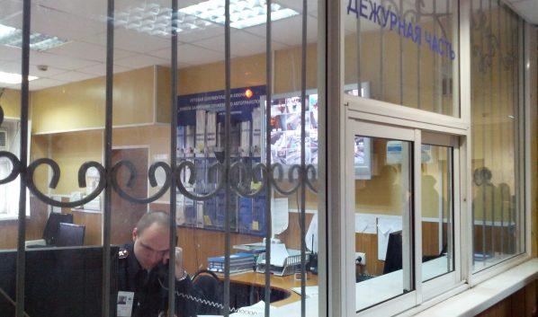 Воронежца доставили в отдел полиции.